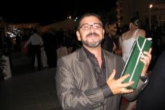 Alex de la Iglesia contento di ricevere il regalo da Donna Frida